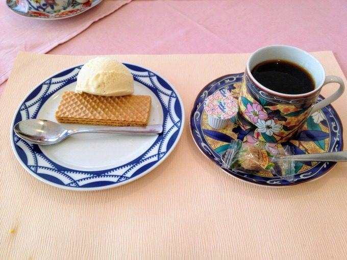 デザートのアイスとコーヒー
