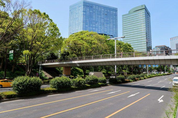 新宿中央公園への歩道橋の外観