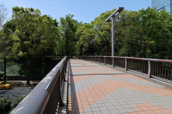 新宿中央公園への歩道橋