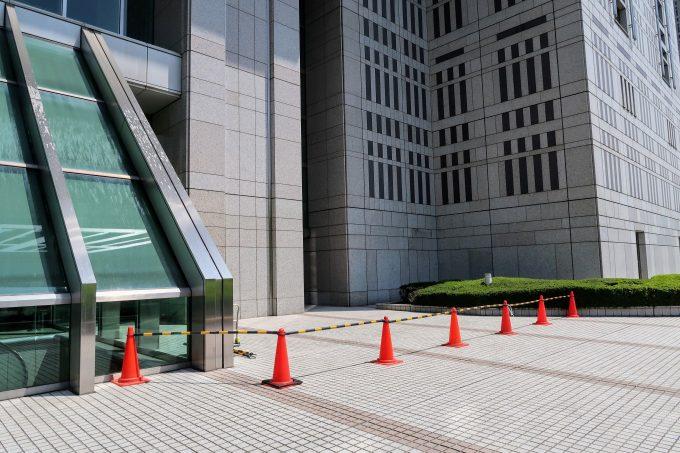 閉鎖されている東京都庁の麓