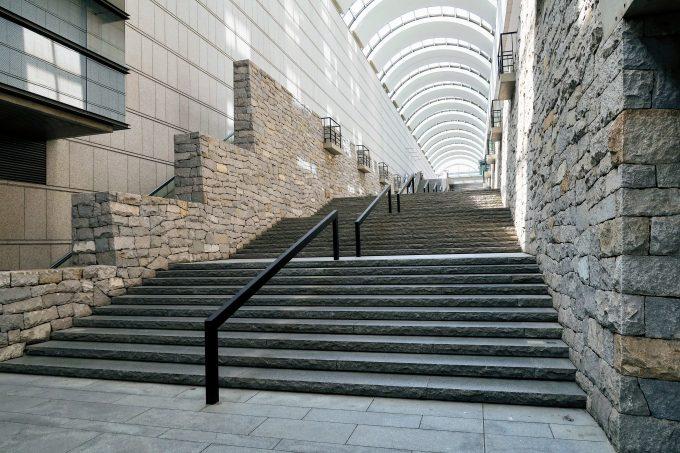 東京オペラシティの階段