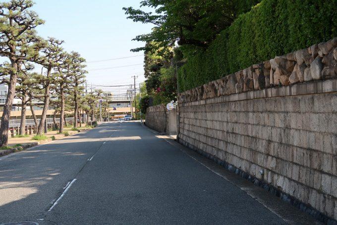 カトリック芦屋教会の対岸の道