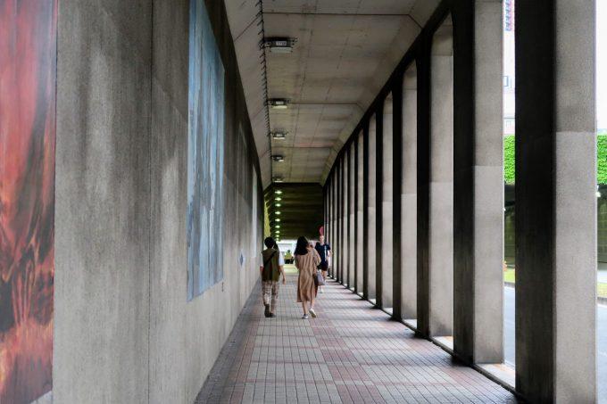 石柱が並ぶ歩道