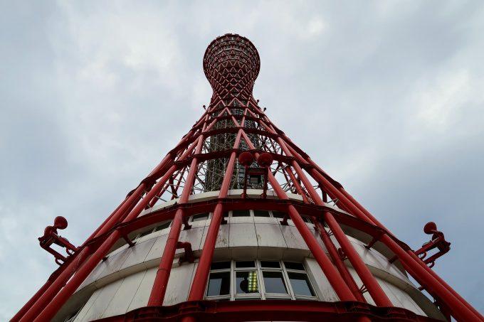 見上げる構図の神戸ポートタワー