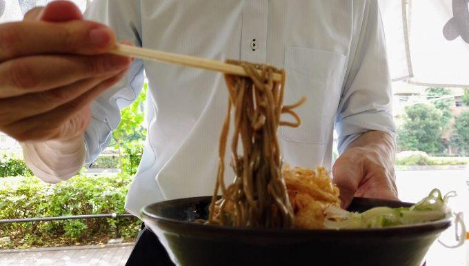 江戸丸でそばを食べる人