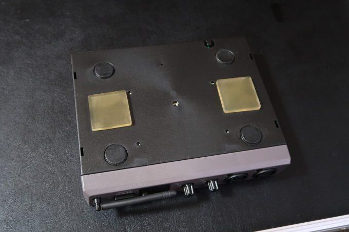 耐震マットを貼り付けた機材